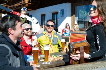 Entspannte Stimmung beim Terrassenskilauf im Lienzer Skigebiet Zettersfeld