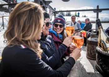 Après-Ski, Live-Musik und alpiner Hüttengenuss - hier wird der Einkehrschwung zum ausgelassenen Erlebnis.