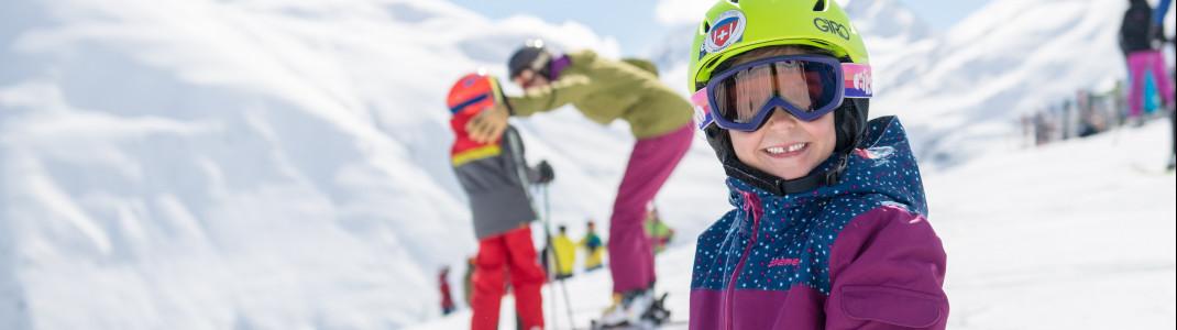 Pistenflöhe lernen unter kindgerechter Anleitung der örtlichen Skilehrer das Skifahren.