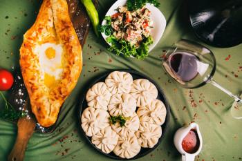 Die georgische Küche vermischt osteuropäische und nahöstliche Einflüsse auf einzigartige Weise.