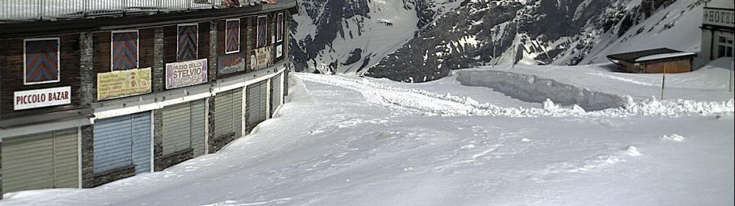 Pass-Straße noch nicht geräumt: Erst am 1. Juni startet die Saison am Stilfser Joch, dem einzigen reinen Sommerskigebiet in den Alpen. Vorher ist die Gletscherstraße nicht frei zu bekommen.