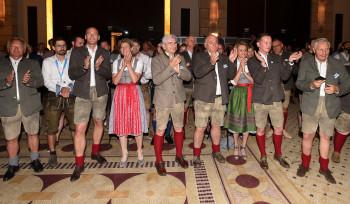 Dass die Konkurrenz stark ist, war von anfang an klar. Die Delegation aus Österreich applaudiert den Franzosen zu ihrem Erfolg.