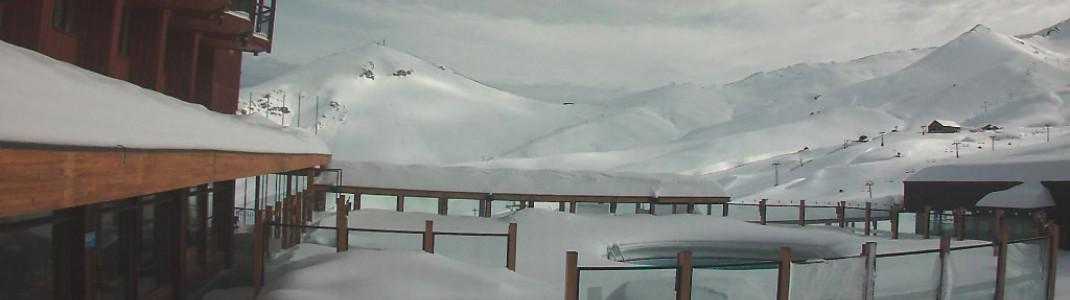 Tief verschneit aber ohne Besucher präsentiert sich aktuell das Skigebiet Valle Nevado über die Webcams.
