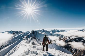 Vom Tiefschnee-Eldorado Highland Bowl im Skigebiet Aspen Highlands hast du eine atemberaubende Sicht auf die markanten Maroon Bells.
