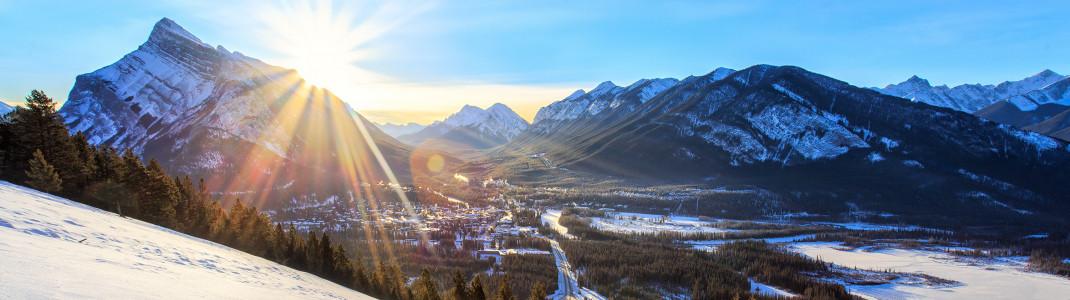 Tief verschneite Hänge erwarten Wintersportler in der Skiregion Banff.