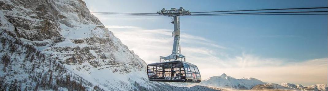 Auf bayerischer Seite geht's mit der Ende 2017 in Betrieb genommenen neuen Seilbahn nach oben.