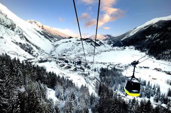 Blick auf das verschneite La Thuile im italienischen Aostatal