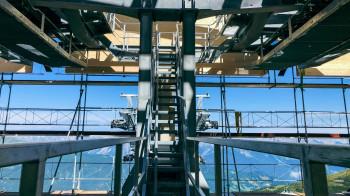 Die neue Bahn bringt dich zum höchsten Punkt im Skigebiet.
