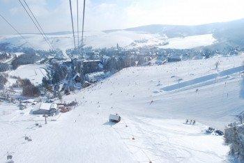 Einen schönen Blick in die Umgebung haben Wintersportler auf den Pisten am Fichtelberg.