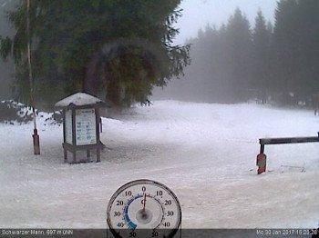 Tief verschneit präsentiert sich derzeit das Skigebiet Schwarzer Mann bei Prüm, wie auf dem Webcambild zu sehen ist.