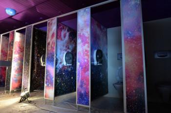 Die neuen Toiletten im Weltall-Design.