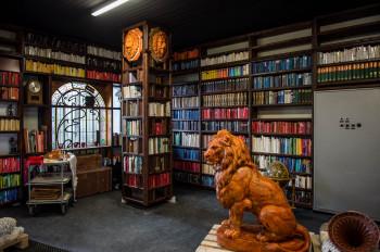 Gemütlich wirkt die 'Bibliothek'.