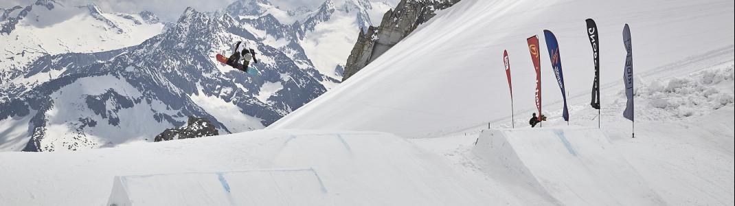 Mit dem Board durch die Luft fliegen kannst du bereits ab dem Spätsommer wieder am Hintertuxer Gletscher.