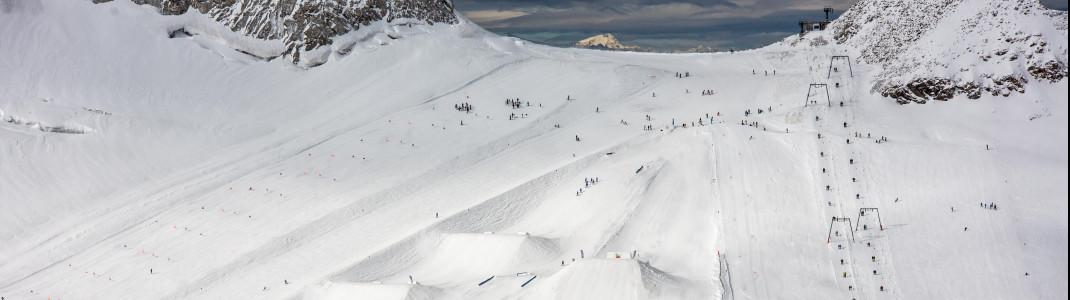 Rechts und links neben dem Snowpark verlaufen die Skipisten am Hintertuxer Gletscher.