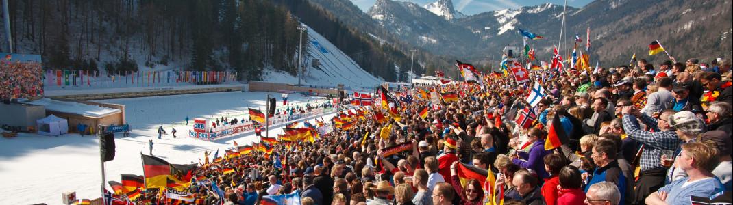 Bis zu 14.000 Fans fiebern in Ruhpolding auf der Tribüne mit.