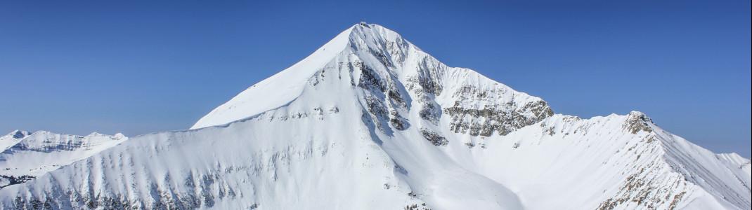 """Wegen dem markanten Lone Mountain, der leichte Ähnlichkeit mit dem Matterhorn aufweist, wird das Big Sky Resort gerne auch als """"Amerikas Alpen"""" bezeichnet."""