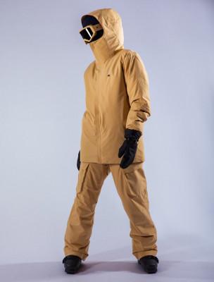 Das komplette Outfit überzeugt durch sein schlichtes Design.