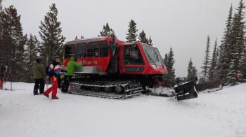 Beim Cat-Skiing befördert dich eine Pistenraupe in abgelegenes Gelände.