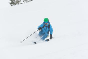 Fortgeschrittene Skifahrer haben auf den technisch anspruchsvollen Abfahrten und abseits der präparierten Pisten jede Menge Spaß.