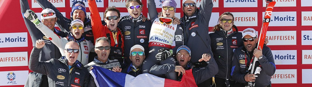 Tessa Worley (Mitte) und das von Colmar ausgestattete französische Skiteam nach dem Gewinn der Goldmedaille im Riesenslalom der Frauen bei der Ski-WM 2017 in St. Moritz.