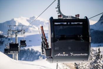 In geschlossenen Seilbahnen muss in der Schweiz eine Maske getragen werden. Sesselbahnen und Schlepplifte sind ausgenommen.