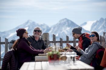 Eine ausgedehnte Pause mit Tiroler Schmankerl und bester Aussicht habt ihr euch jetzt redlich verdient. Hier im Bild die Schneekarhütte Penken in Mayrhofen.