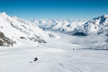 Schweizer Gletscherskigebiete wie Saas-Fee sind bereits seit dem Sommer geöffnet.