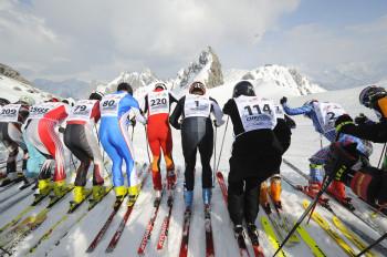 """Start auf der Valluga. Die Teilnehmer machen sich bereit für die neun Kilometer lange Abfahrt des """"weißen Rausch""""."""