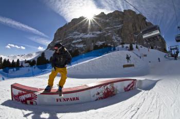 Auch der Snowpark Piz Sella in Gröden gehört zu Dolomiti Superski.