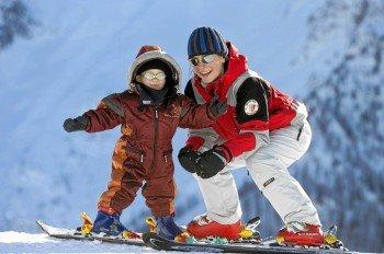 Mit viel Spaß können die Pistenflöhe das ABC des Wintersports erlernen.