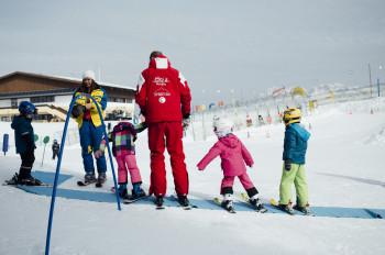Erfahrene Skilehrer helfen bei den ersten Schwüngen.