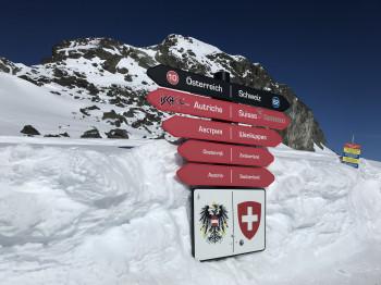 In der Silvretta Arena kann man mit den Skiern direkt zwischen Österreich und der Schweiz pendeln.