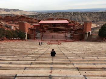 Bevor es von Denver in die Rockies geht, machen wir noch einen kurzen Zwischenstopp im Red Rocks Amphitheater.