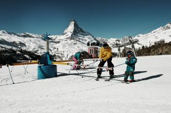 Im Wolli Anfängerpark auf Sunnegga lernen große und kleine Ski-Neulinge die ersten Schwünge auf den Brettern