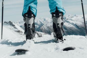 Der Tracker wird hinten am Skischuh befestigt.
