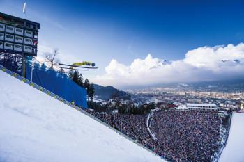 Tausende Fans jubeln den Skispringern bei der Vierschanzentournee zu.