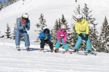 In den beiden Skischulen in der Almenwelt Lofer gibt es Skikurse für Groß und Klein.