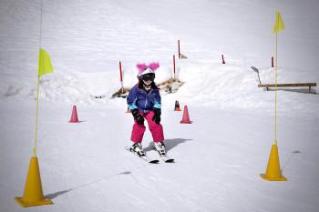 Im Bobo Kinderclubim Skizentrum Hochpustertal in Sillian lernen Kinder spielend das Skifahren.