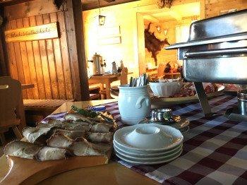 Uriges Ambiente beim Frühstück in der Wolfratshauser Hütte.