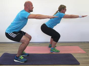 Es muss nicht immer ein Fitnessstudio sein. Auch zu Hause kann man Kraftübungen machen.