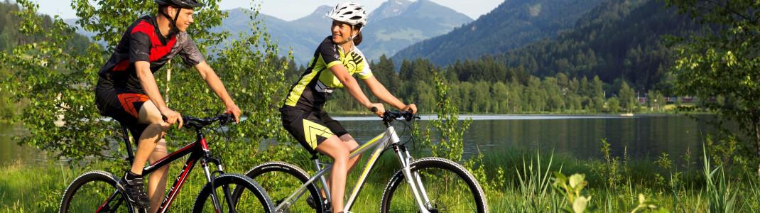 Kraftausdauer lässt sich bestens beim Radfahren trainieren. Gleichzeitig kann man die Landschaft genießen, wie hier am idyllischen Schwarzsee in den Kitzbüheler Alpen.