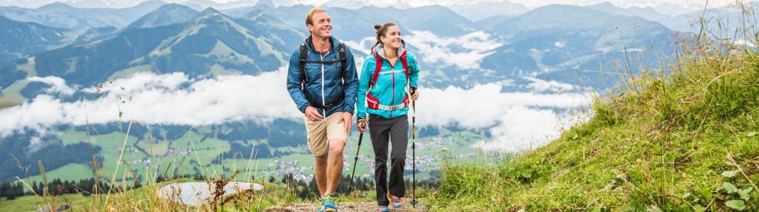 Beim Wandern in den Bergen wird auch der Gleichgewichtssinn geschult. Die Wanderer im Bild sind auf dem Weg zur Hohen Salve in Tirol.