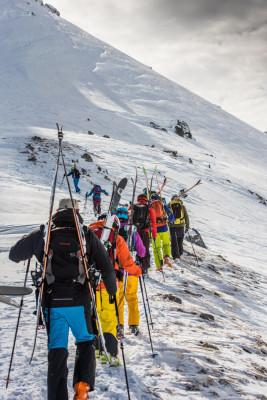 Bei der Peak-Performance Tour erklimmst du erst den Berg und darfst dann auf die Abfahrt.