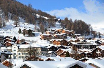 Blick auf das autofreie Dorf Saas-Fee in der Schweiz