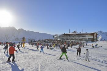 Sonnenschein, tolle Pisten und spektakuläre Veranstaltungen erwarten Wintersportler in Ischgl.