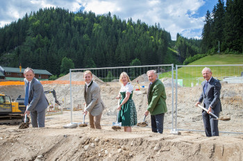 Spatenstich zur neuen Mooslehenbahn mit Bürgermeister Mooslechner, Eigentümerfamilie Moosleitner und Landeshauptmann Haslauer (v.l.).