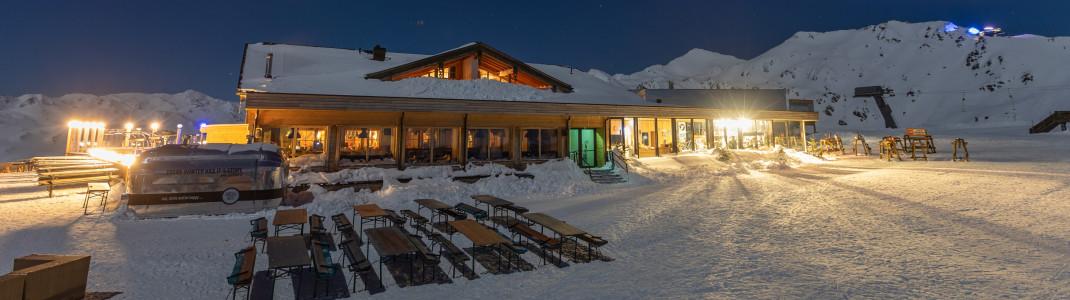 Zunächst genießt du einen genussvollen Abend in der Kristallhütte, bevor es durch die Dunkelheit auf Skiern zurück ins Tal geht.