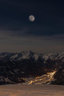 Auf der Fahrt im Mondschein erwartet dich ein atemberaubender Blick ins beleuchtete Tal.