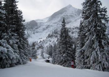 Der Seillift wird durch einen Skitunnel mit Förderband ersetzt. So kann auch der Skiweg verbreitert werden.