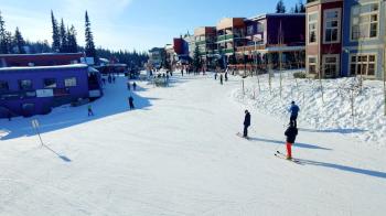 Auf Skiern direkt in den Ort hinein: Das ist im Silver Star Village kein Problem.